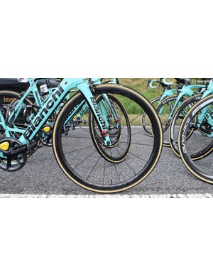 Only Primož Roglič and Robert Gesink had the latest Shimano wheels, while the rest of the team rode Shimano Dura-Ace 9000 series wheelsets