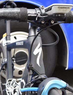 The head tube features an hour glass profile