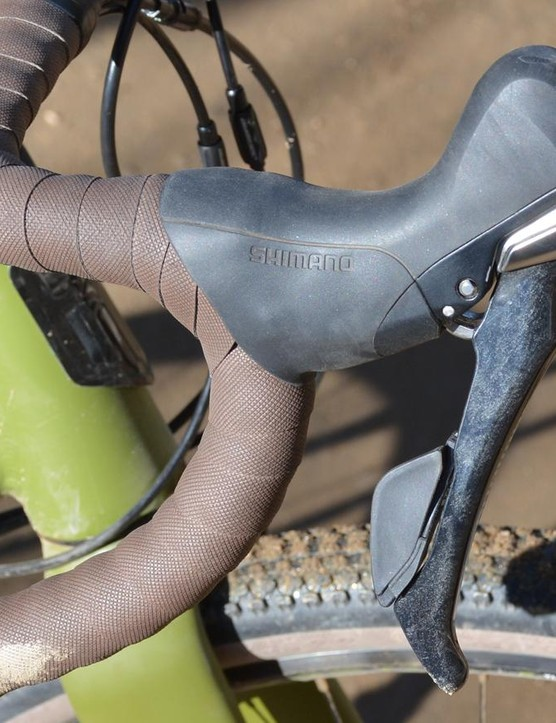 Shimano's excellent ST-R685 shifters and brakes are on board
