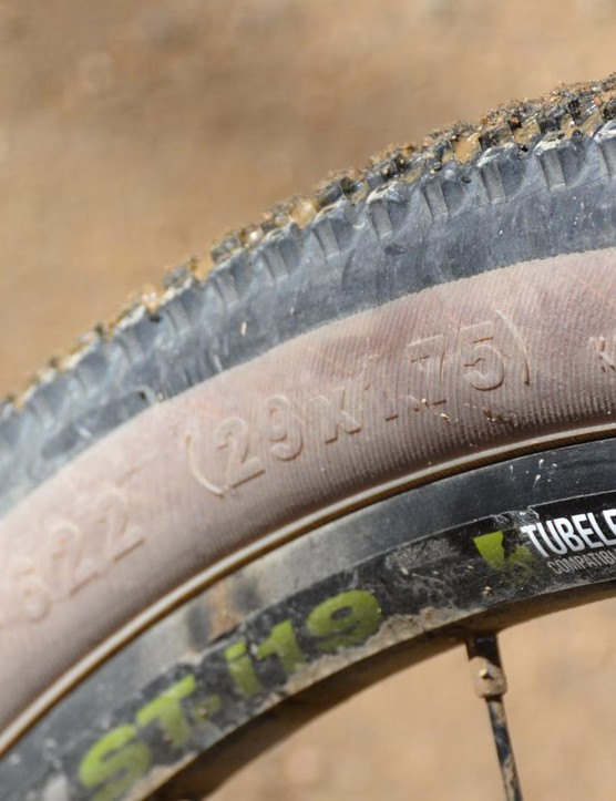 It's a 29er. At least the Kenda tires are 29 x 1.75in, which is basically a 700 x 44mm