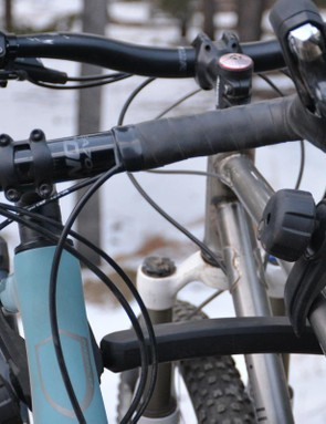 Like most platform racks, contact between the handlebar to the seat or seatpost is a challenge