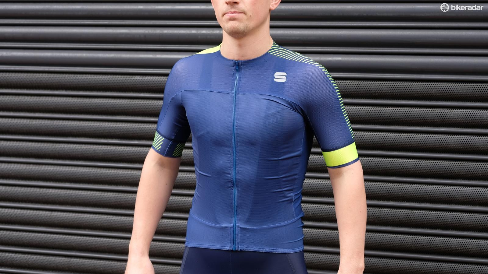 The Bodyfit Pro Evo jersey features plenty of pro features including longer sleeves and a very low collar