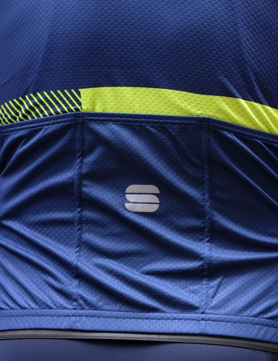 The Bodyfit Pro Evo jersey has three standard cargo pockets, a silicone gripper to the rear of the waistband and reflective piping details