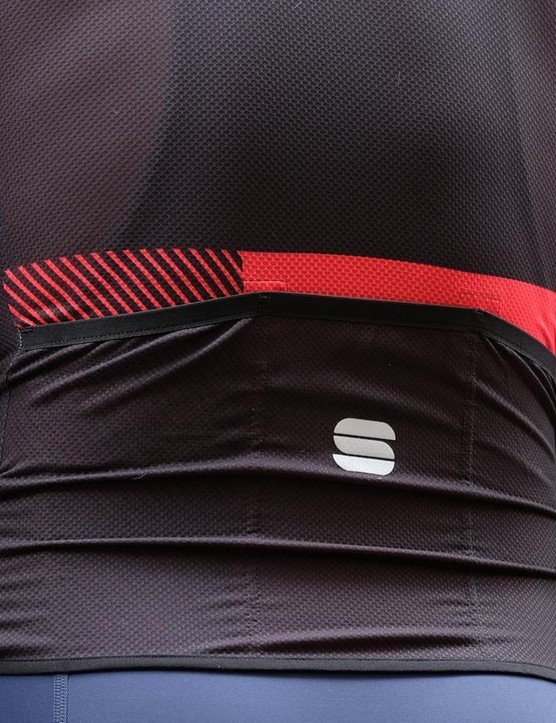 The Bodyfit Pro Light jersey features a very thin silicone gripper around the circumference of the waist hem but no reflective piping details