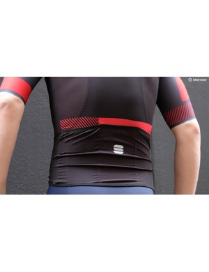 The lightweight focus of the jersey removes any bulky grippers or reflective detailing and uses a thin band of silicone around the waist to keep the jersey in position
