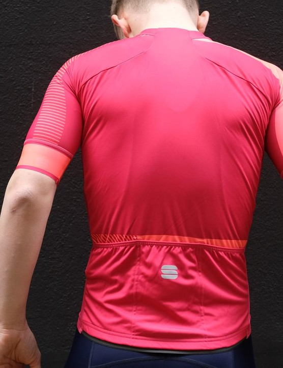 The panel design on the rear of the jersey, which rises up to the collar, prevents and material bunching on the upper back