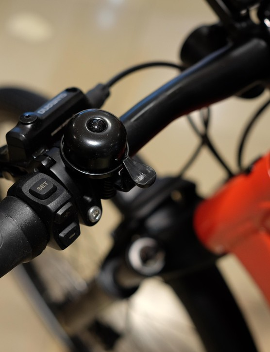The controller uses just three buttons and mounts at the left side of the handlebar