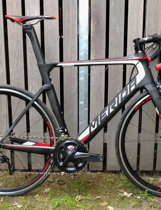 A lower range CF2 carbon Reacto 6000 with mechanical Ultegra and aluminium rims