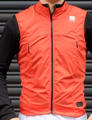 The R&D Strato top combines the breathability of a thermal jersey and integrates it with a light jacket