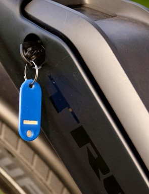 A nifty Abus lock secures the Bosch 500Wh battery