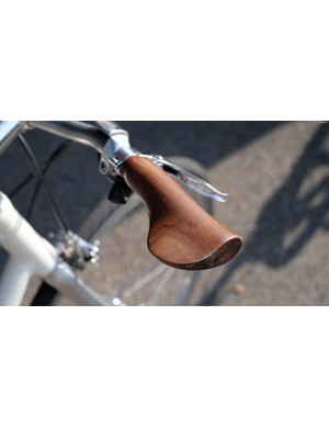 These wooden grips actually rotate by around 20 degrees thanks to a spring-loaded collar – the idea being that they absorb shocks through the handlebar