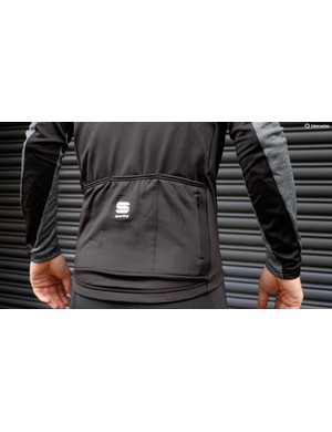 The Giara Warm top is a relaxed, warm long sleeve jersey