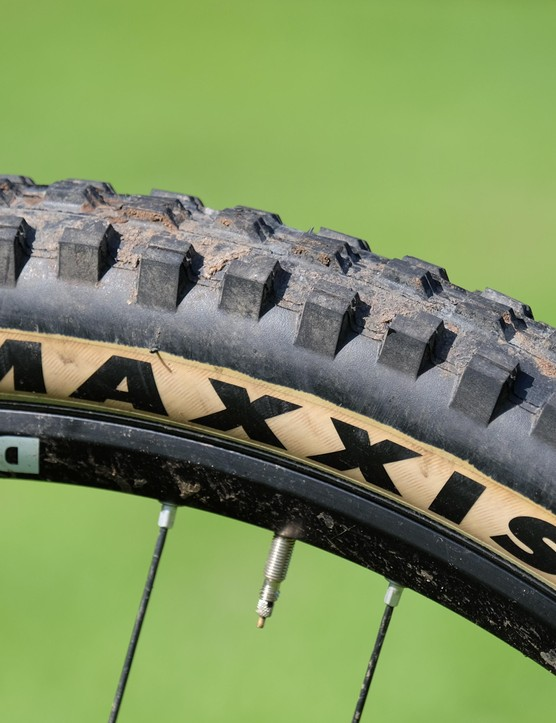 Not a fan of the tan-walled Maxxis Minion DHF tyres? Not a problem. Saracen is supplying the Ariel LT with a spare set of black-walled tyres too