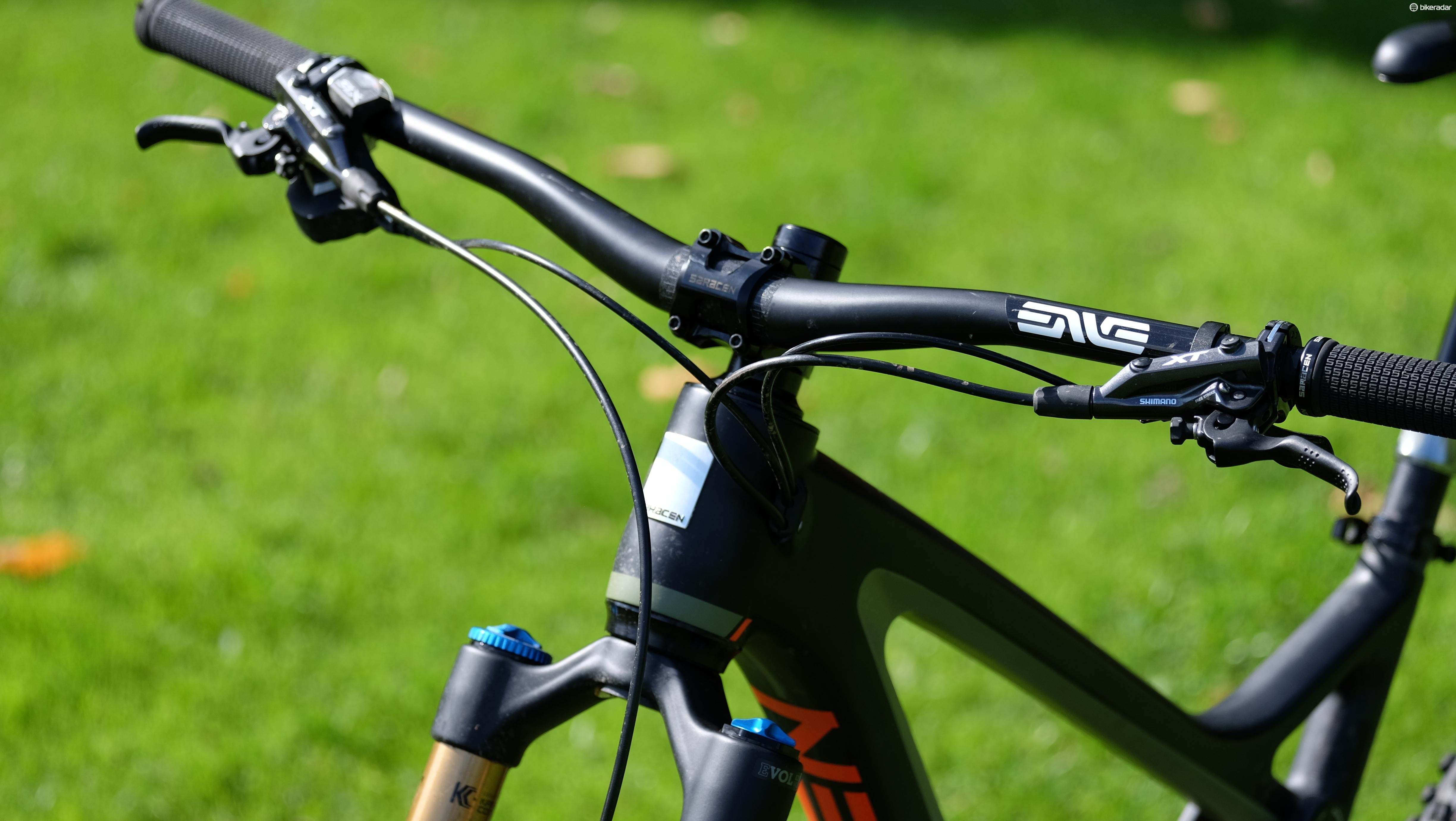An Enve DH carbon bar and a 45mm Saracen stem give a solid, well-proportioned cockpit