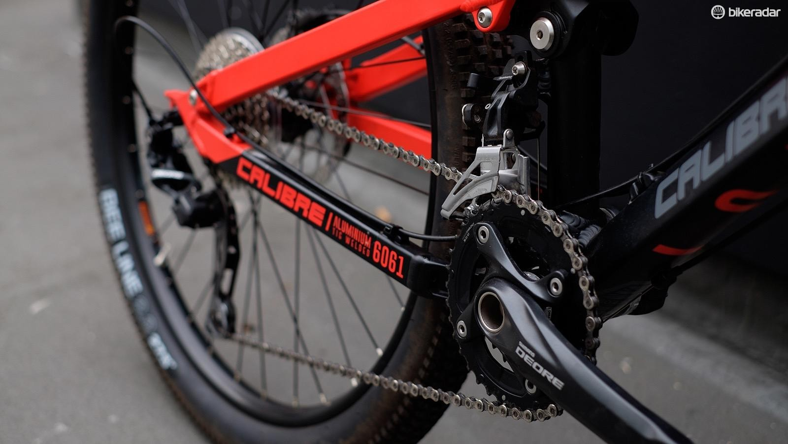 The 2x10 Deore transmission is retained by a clutch mech and scales a Sunrace 11-36t cassette