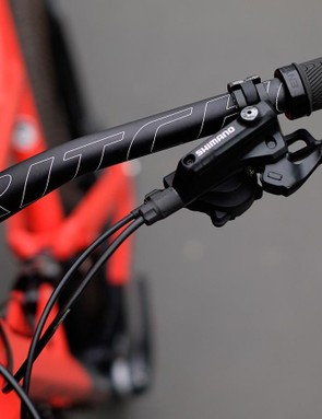 Ritchey 760mm bars remain uncluttered thanks to Shimano i-spec integration