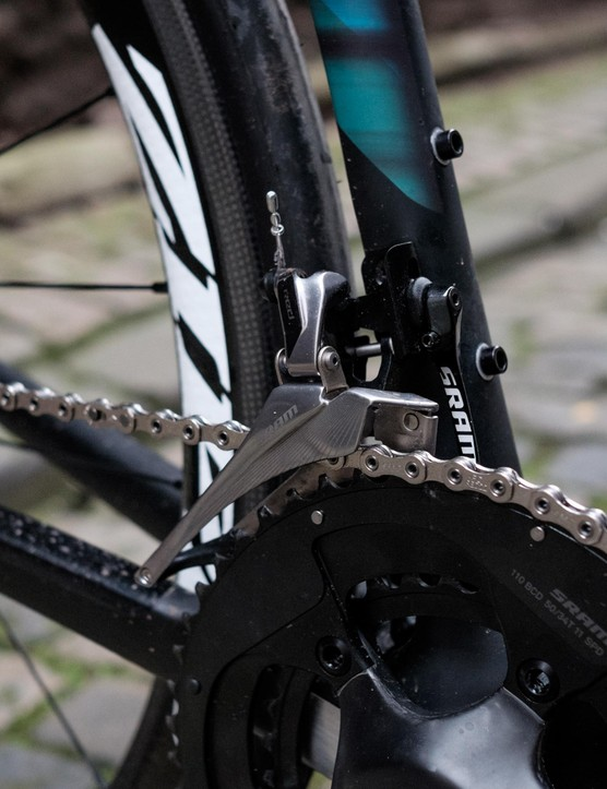 The mechanical version of SRAM's Red 22 groupset stands around 80g lighter than the electronic eTap version