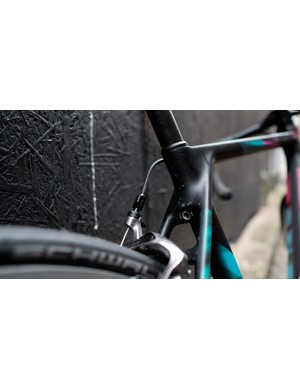 The seat clamp is tightened via a single allen key bolt. It's positioned low at the seat tube in order to maximise comfort