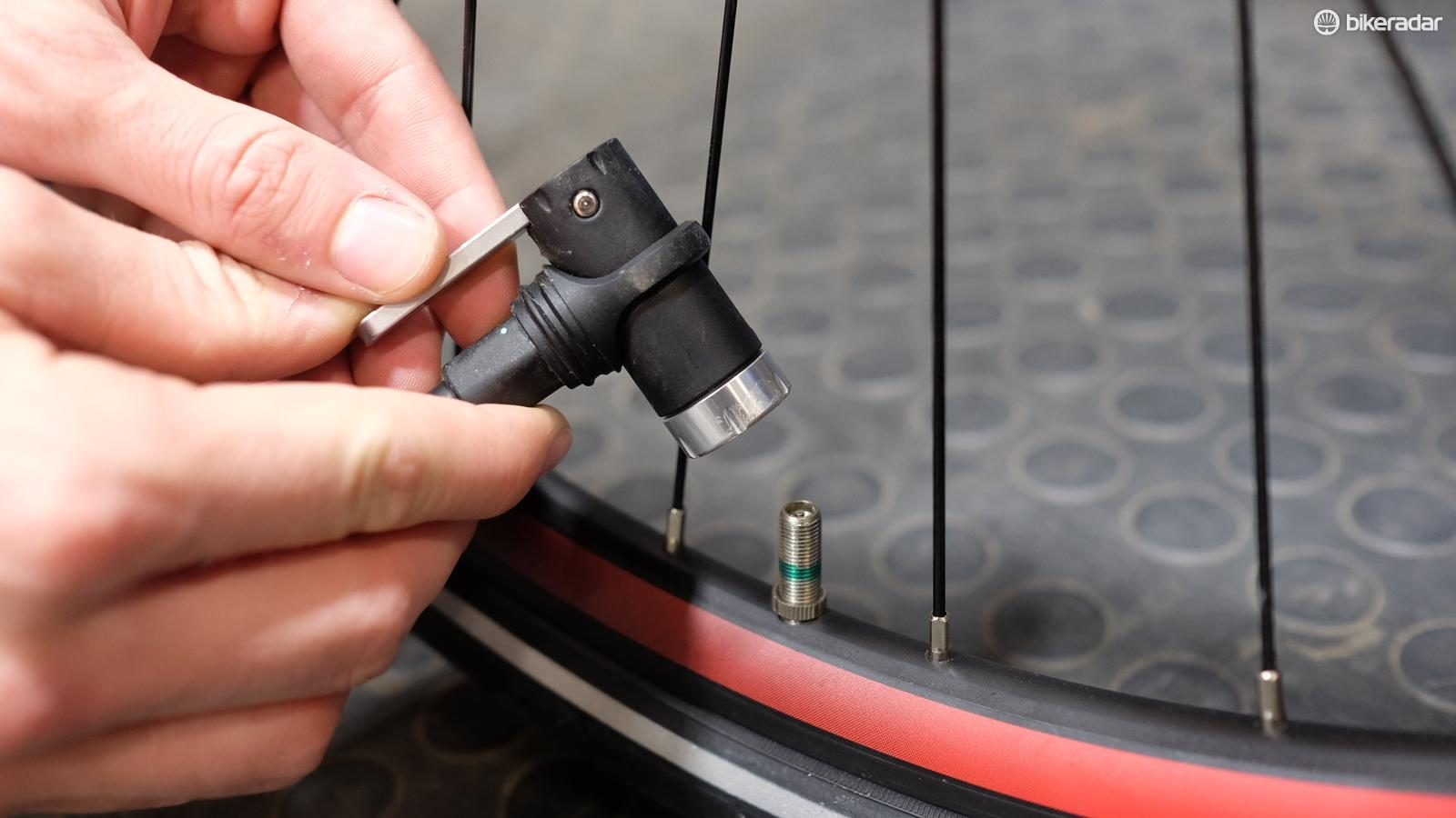 How to inflate a tubeless bicycle tyre