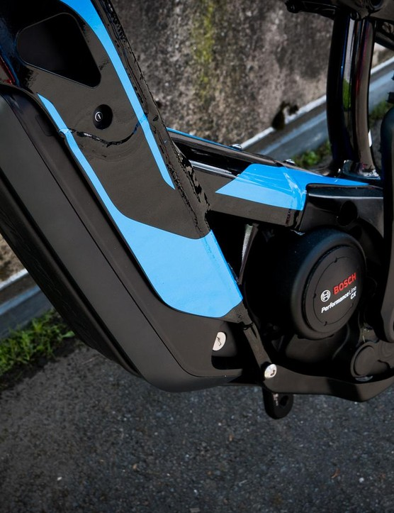 Most interesting is the custom battery mount, which integrates the standard Bosch 500Wh battery into the chassis of the bike, helping to keep the weight low