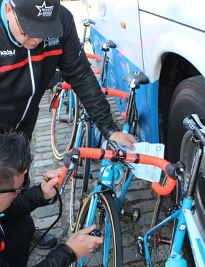 Wanty-Groupe Gobert pumped and checked each tubular with a track pump, then double-checked the pressure with a digital gauge. Pressures on the sheet ran from 4.8-5.2bar (70-75psi)