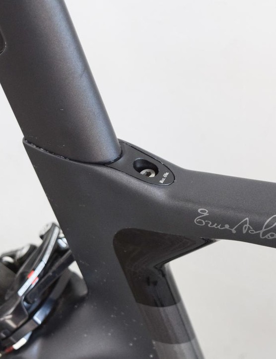 The seatpost wedge sits flush with the top tube