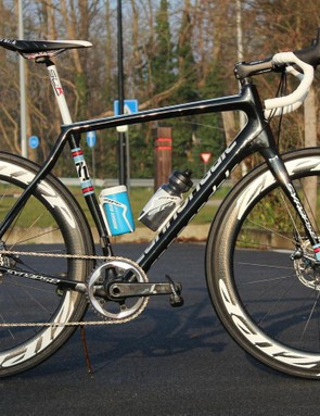 A Cannondale Synapse and its wonderfully forgiving 25.4mm seatpost sports a 1x SRAM Force group and the new Zipp 404 Disc wheels