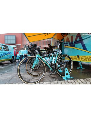 While the rest of his Astana teammates used standard chain lube, Boom's white chain stood out