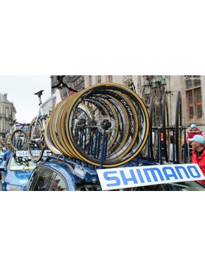 Shimano neutral support for the Tour of Flanders had a token set of disc wheels on each car — but with 140mm rotors, not the 160mm version Lampre-Merida used