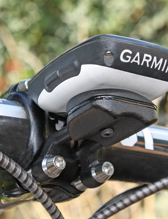 F3 Cycling's FormMount tidies up the cockpit with an integrated design. It can adjust for stem-bolt width and computer size