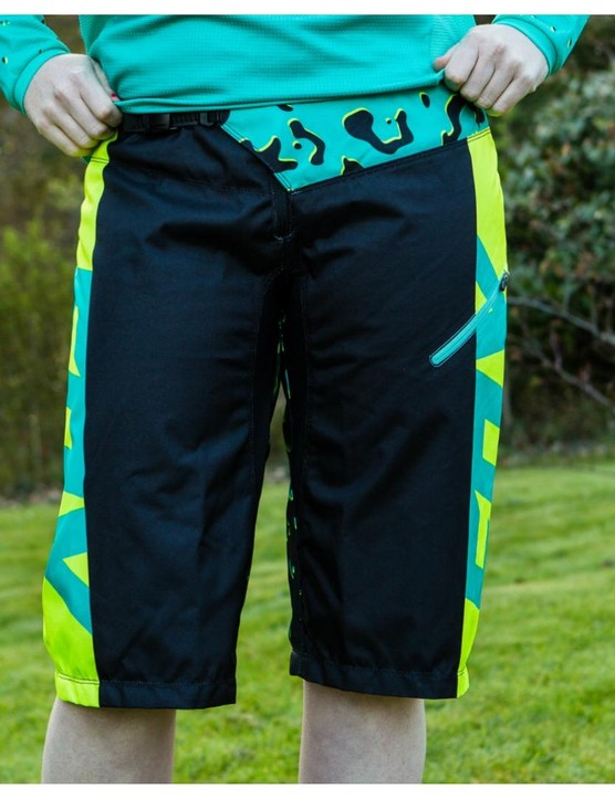 The Fox Demo DH shorts have all the features of the popular men's items but with a women's specific fit, colour way and pattern