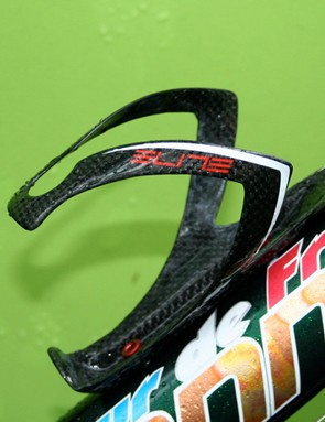 Pippo's Elite Pase Carbon bottle cages are attached to the frame with red-anodized aluminum hardware.