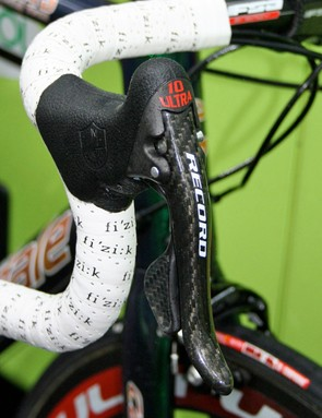 Like most of the Campagnolo sponsored side of the peloton Pippo uses the 'Red' version of Campagnolo's Record Ergopower levers with their slightly stiffer action.