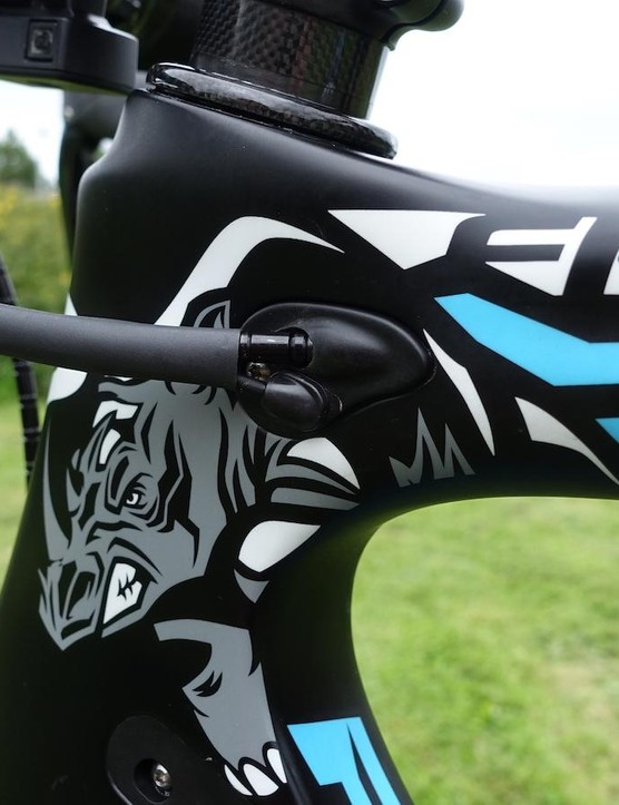 Using heat shrink, his mechanics have clearly spent some time to keep things tidy at the front end of Froome's machine