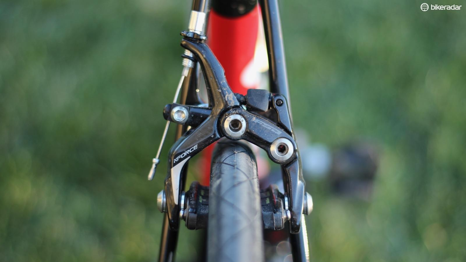 FSA claims that the calipers can handle up to a 28mm tire (25mm shown here), while the arms are still relatively narrow within the frame's profile