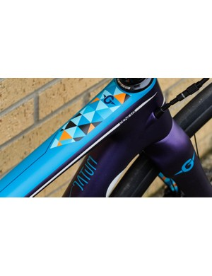 Super jazzy contrasting details on the top tube