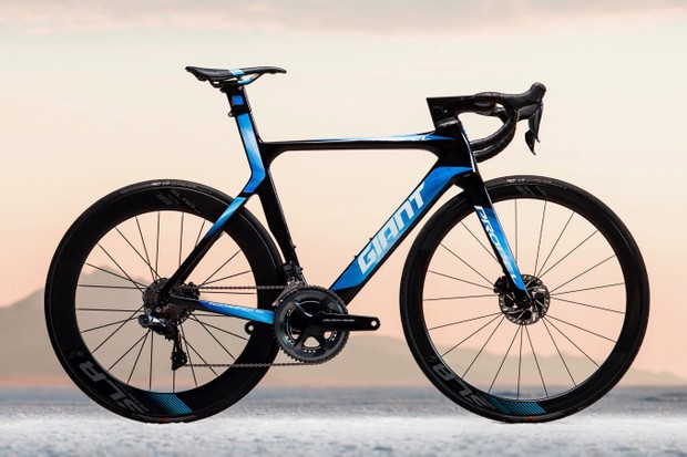 The 2018 Giant Propel Advanced Disc features 42/65mm tubeless wheels, disc brakes and a unique stem