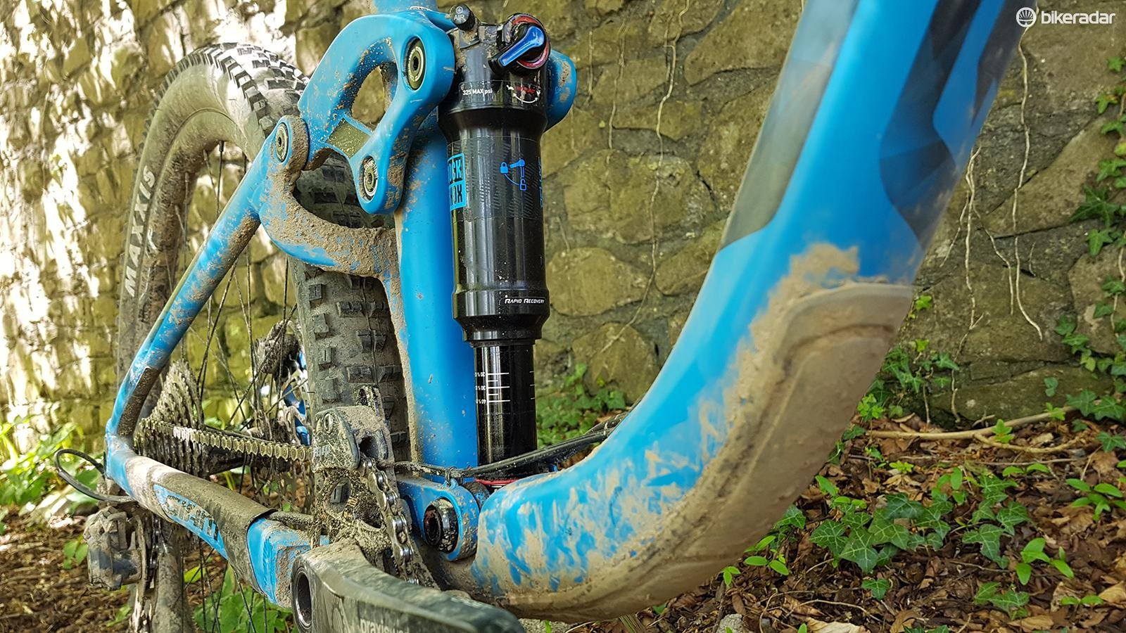 At the back, a RockShox Deluxe RT shock takes care of controlling the rear wheel's 160mm of travel