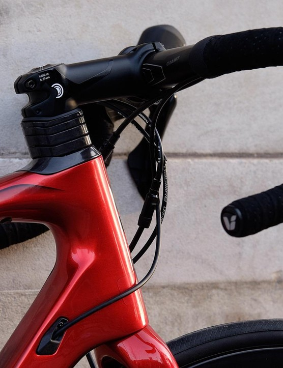 Aluminium Giant SL handlebars and stem are part of the finishing kit