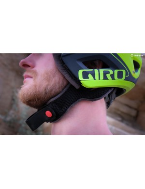 Unlike many other convertible helmets, Giro opted to use a DH-style D-ring strap
