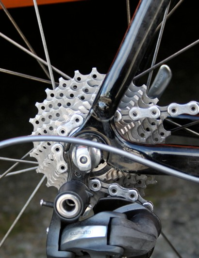 A replaceable derailleur hanger is fitted to minimise crash damage.