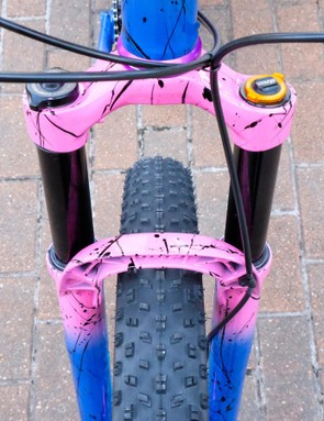 The splatter and fade extends all the way to the MRP fork
