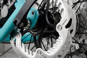 160mm Shimano rotors are in charge of stopping