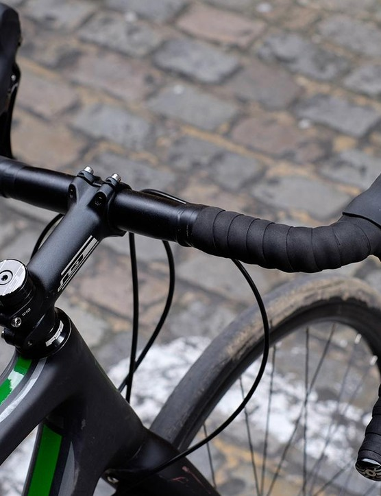 The flared bar allows for millimetric adjustments, maximising control on fast, rough descents