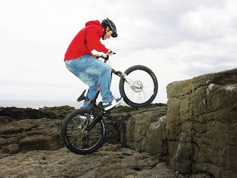 Approach the step at a rolling pace and, anticipating the distance you need, lean back and pull up to get the front wheel on to the step