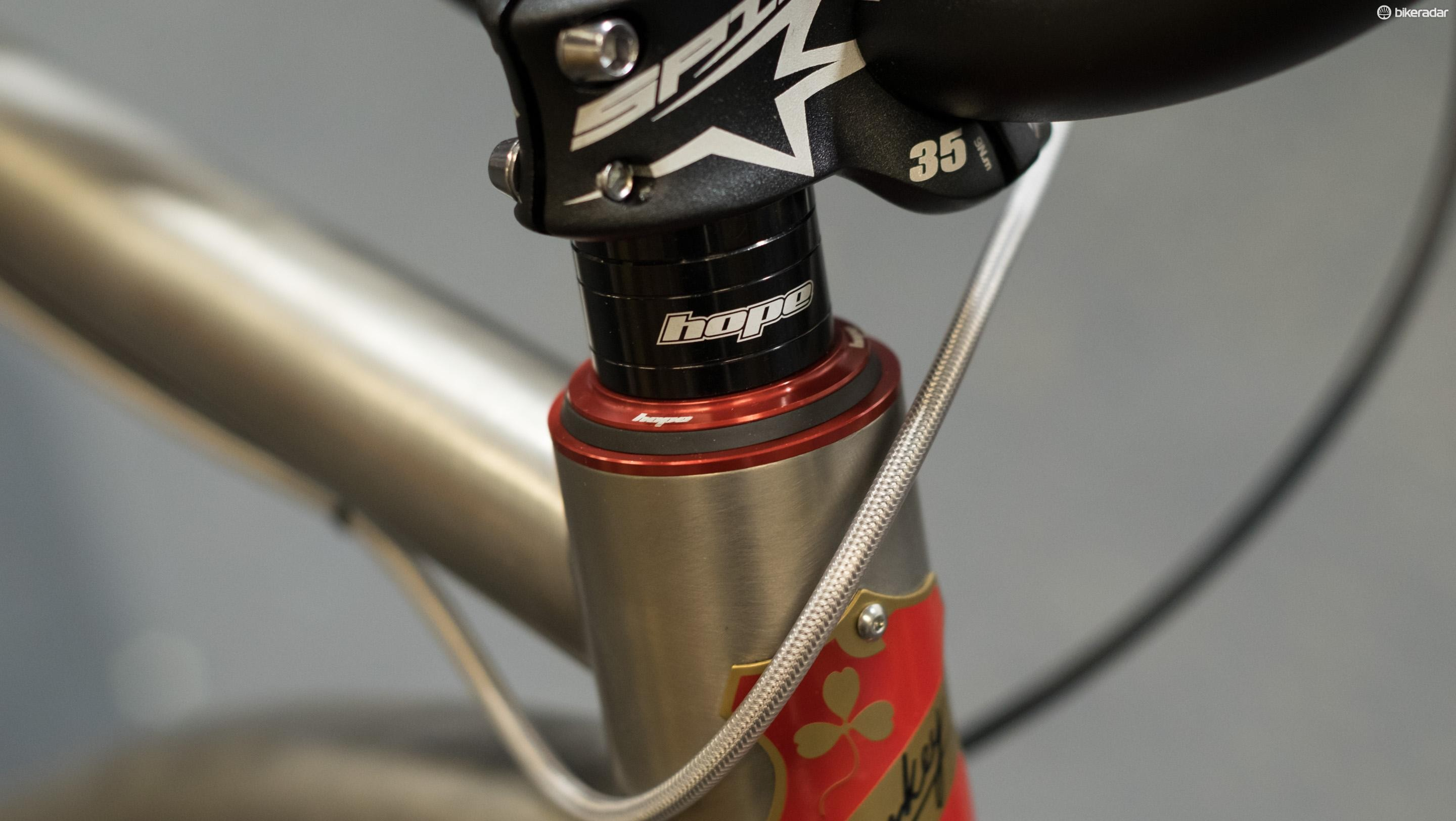 A semi-integrated headset sits inside the top tube