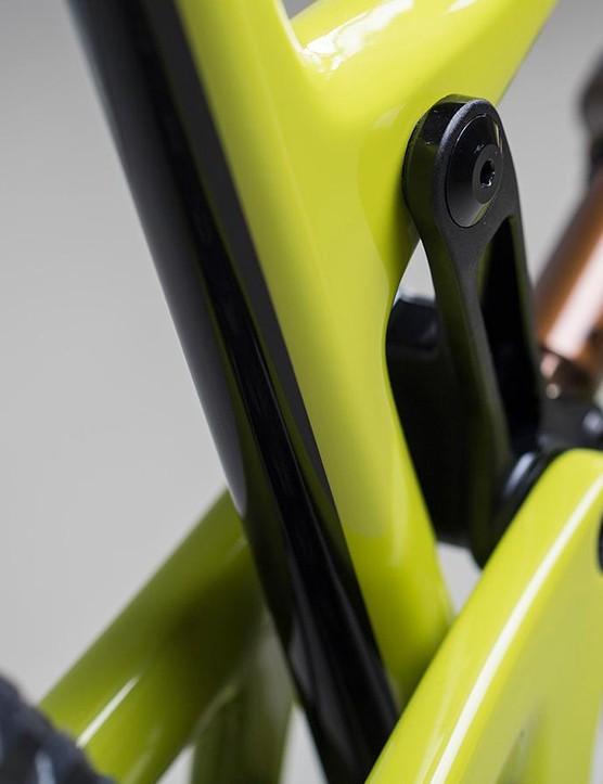 The Hightower LT's upper link lacks the geometry-adjusting flip chip of the standard Hightower