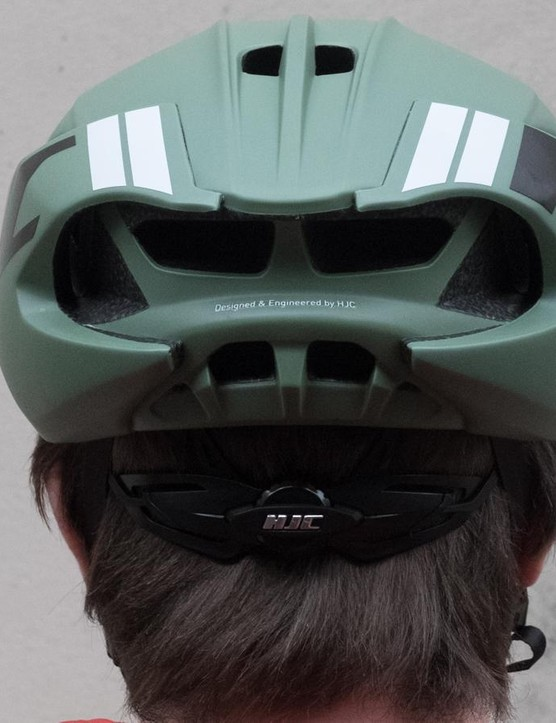 A height adjustable clickwheel works to adjust the helmet's tension