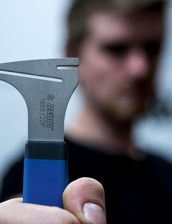A rotor truing tool