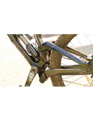 The suspension linkage looks to get the benefit of a high pivot point, with idler, without the associated brake jack due to the floating rather than fixed pivot point